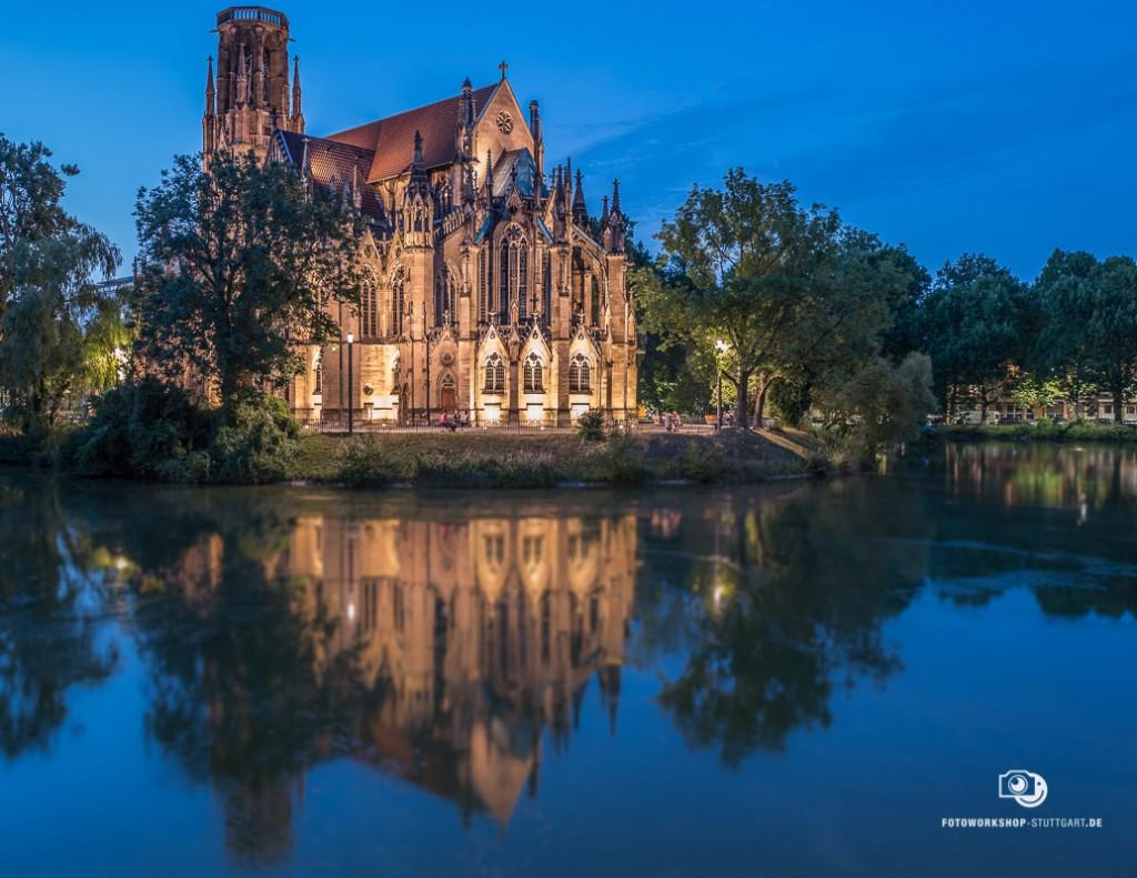 Die Evangelische Johanneskirche am Stuttgarter Feuersee bei Nacht