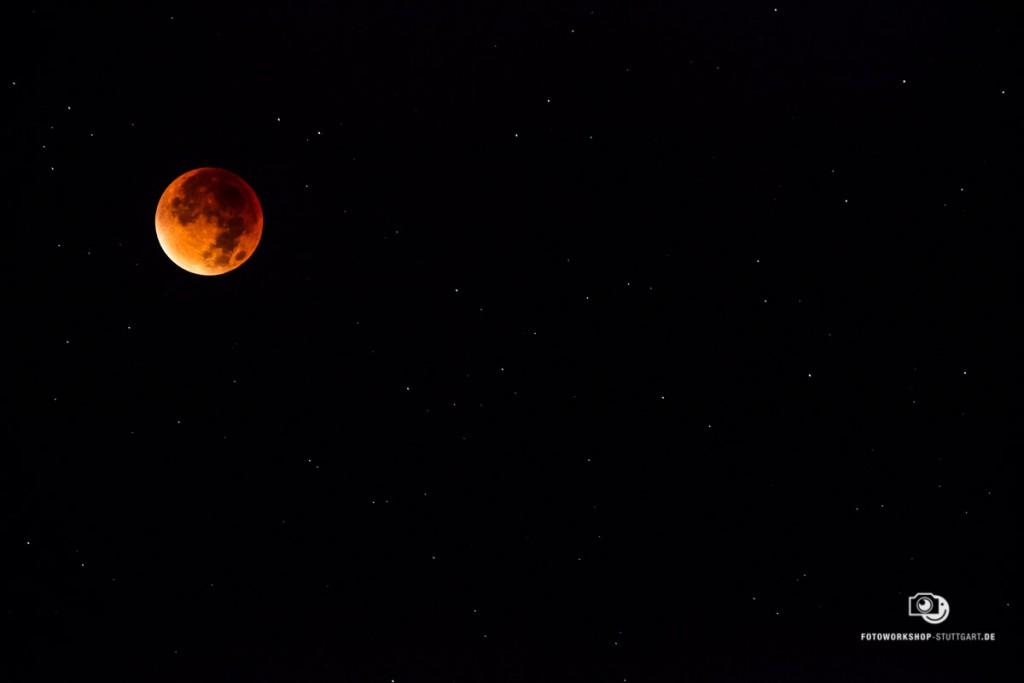 Mondfinsternis aufgenommen bei Nacht
