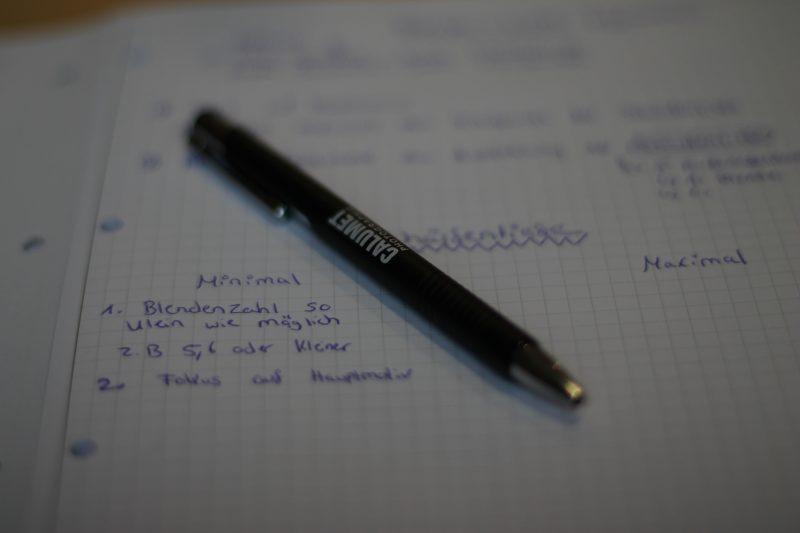 Schärfe gezielt einsetzen: Nur der mittlere Teil des Kugelschreibers ist scharf. Der Rest absichtlich unscharf. Den Kugelschreiber haben wir auch noch geschenkt bekommen :-)