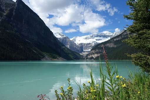 Ein schöner klarer See in den bergen ist auch eine schöne Location